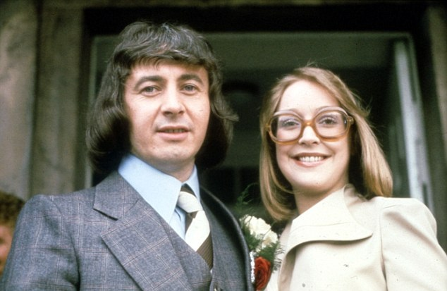Deidre weds Ray Langton in Coro's sixth wedding.